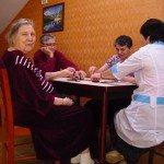 Играем в домино в частном доме престарелых!